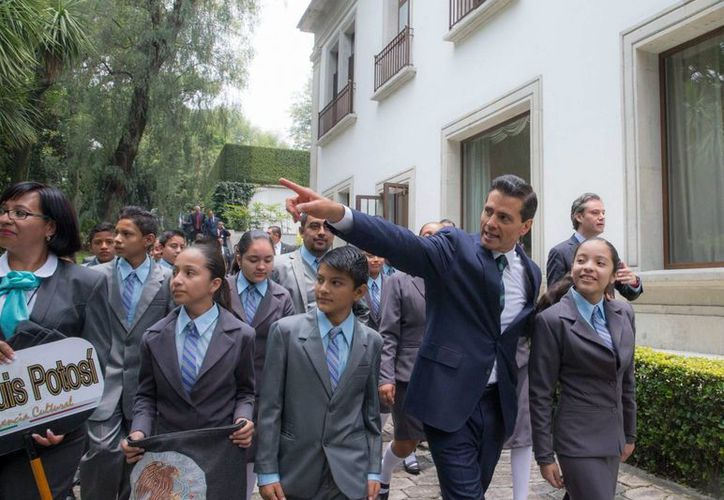 Pena Nieto recibió este miércoles en Los Pinos a un grupo de profesores y estudiantes destacados. (Notimex)