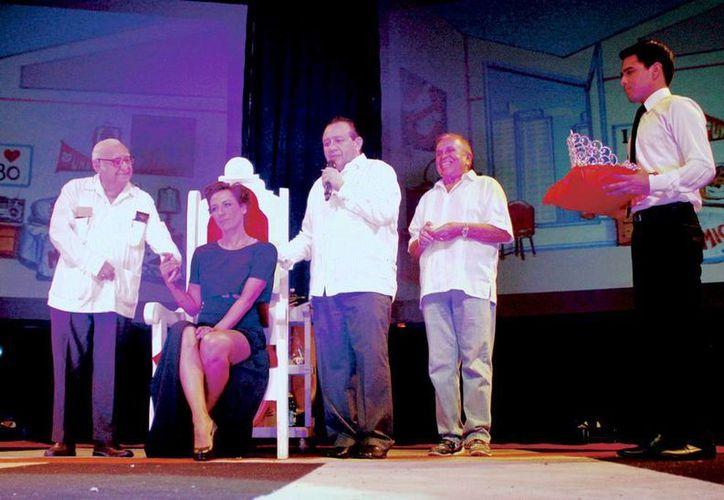 Fotografía de la ceremonia realizada en el Teatro Armando Manzanero de Mérida, donde la actriz Consuelo Duval fue nombrada Reina de la Televisión Mexicana. (Notimex)