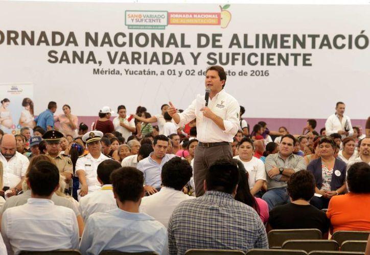 El titular estatal de la Sedesol, Mauricio Sahuí, destacó el esfuerzo por atender a más de 300 mil yucatecos a través de programas estatales alimenticios. (Foto cortesía del Gobierno estatal)
