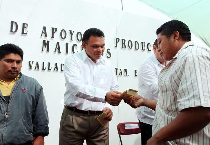 En Valladolid, Zapata Bello entregó los primeros 2,900 apoyos extraordinarios a productores de maíz. (Cortesía)