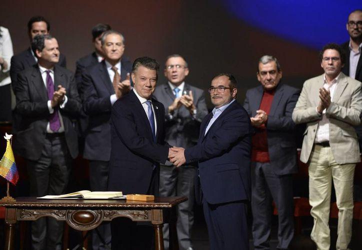 El 24 de noviembre de 2016, el presidente Juan Manuel Santos y el jefe de las FARC, Rodrigo Londoño (Timochenko), firmaron el nuevo Acuerdo de Paz, que puso fin a 52 años de lucha armada del grupo insurgente contra el Estado colombiano. (Archivo/Notimex)