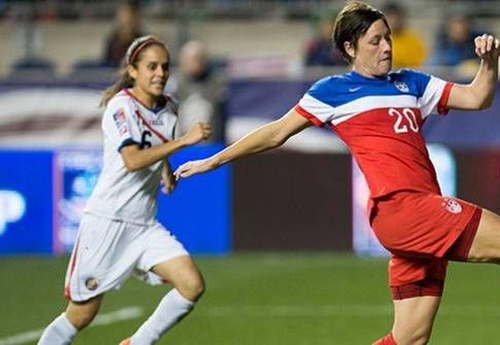 La veterana Abby Wambach anotó en los minutos 4, 35, 41 y 71, y fue decisiva en la coronación de EU en el torneo de Concacaf rumbo al Mundial femenil. (concacaf.com)