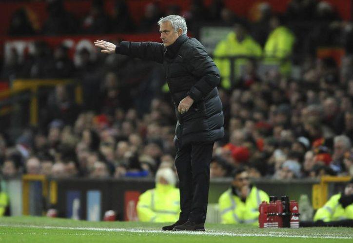 En el marco de una pésima racha para el Manchester United, que por primera vez desde 1990 no gana en cuatro partidos como local, su entrenador Mourinho fue acusado de conducta inapropiada. (AP)