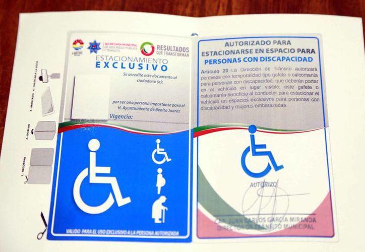 Estos gafetes o tarjetones, evitan que los conductores sean sancionados por las autoridades de Tránsito. (Luis Soto/SIPSE)