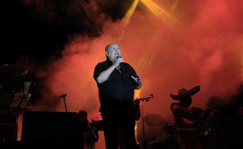 Leo Dan interpretó sus grandes éxitos durante su concierto en Cancún. (Tomás Álvarez/SIPSE)
