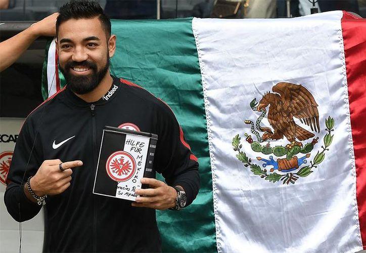En un gesto de solidaridad, el mediocampista mexicano recaudó fondos entre la afición del Eintrach Frankfurt. (@Bundesliga_DE)