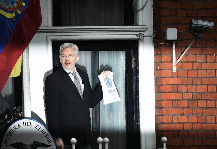 El fundador del portal WikiLeaks, Julian Assange, se dirige a los medios desde el balcón de la embajada de Ecuador en Londres. (Archivo/EFE)