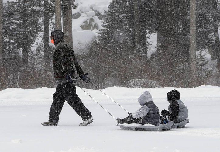 Mel Turner avanza con sus nietos de 5 y 6 años en el parque Montaña Aventura, cerca de Echo Summit, California. (Foto: AP)