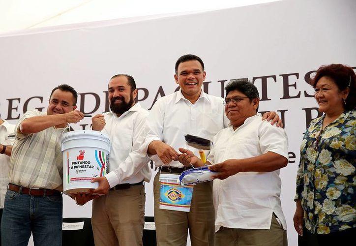 Rolando Zapata Bello entregó algunos de los paquetes de 'Pintando tu bienestar' a vecinos del poniente de Mérida. (Milenio Novedades)