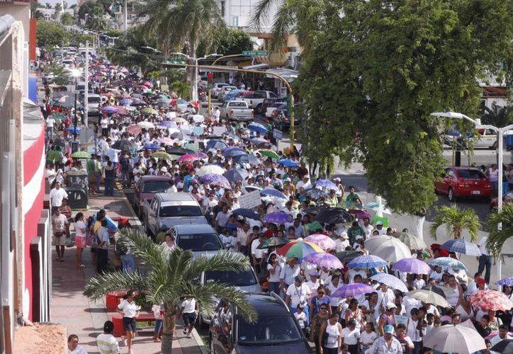 Más de dos mil padres de familia se unieron a la protesta en contra de la reforma educativa. (Harold Alcocer/SIPSE)