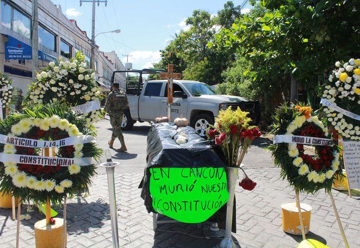 """Afectados instalaron un ataúd por la muerte de la """"Constitución"""". (Foto: Israel Leal/SIPSE)"""