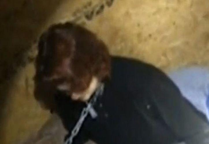 Kala Brown estuvo secuestrada por tres meses y durante su encierro estuvo atada al cuello como un perro. (Impresión pantalla)