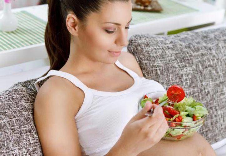 Las mujeres que desean embarazarse deben de consumir nutrientes. (Agencia/Vivir Salud)