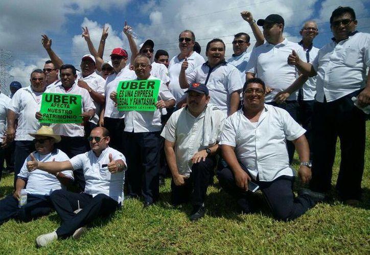 Taxistas se manifiestan por la entrada de Uber en Quintana Roo. (Yahaira Valtierra/SIPSE)