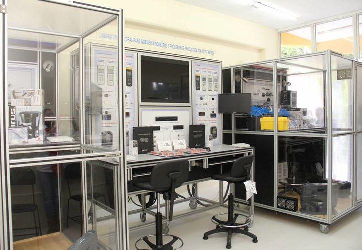 Autoridades del Instituto Tecnológico de Mérida entregaron a estudiantes de Ingeniería Industrial un módulo de experimentación para el estudio del trabajo y ergonomía ambiental, para realizar prácticas en asignaturas del plan de estudios. (Foto cortesía)