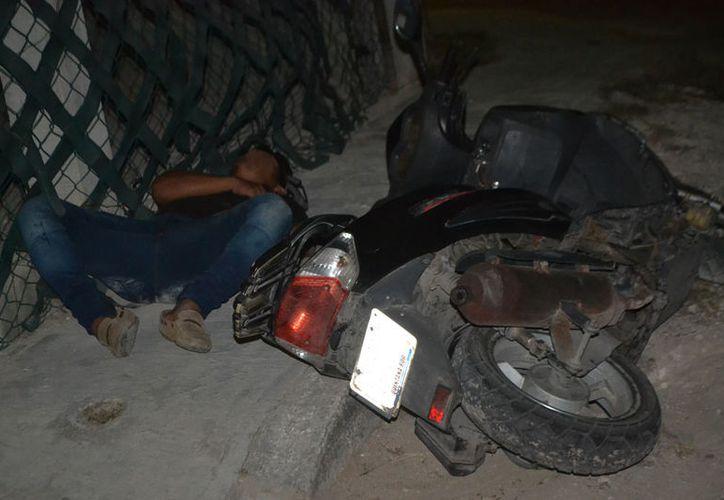 El sujeto se quedó dormido junto a su casa, debido al estado de ebriedad en el que se encontraba. (Redacción/SIPSE)