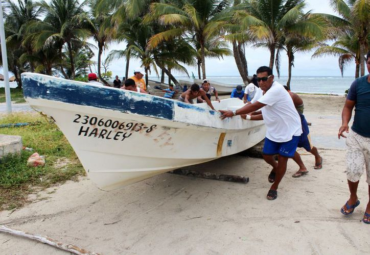Ante la emergencia, los trabajadores de cooperativas resguardaron 15 embarcaciones. (Alejandra Carrión/SIPSE)