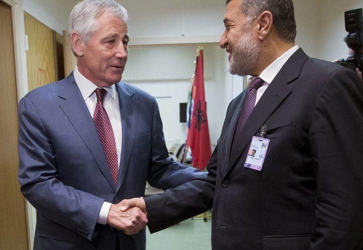 Secretario de Defensa de EU Chuck Hagel, izquierda, estrecha la mano de su homólogo afgano Bismillah Khan Mohammadi antes de la reunión del Consejo del Atlántico Norte en Bruselas. (Agencias)