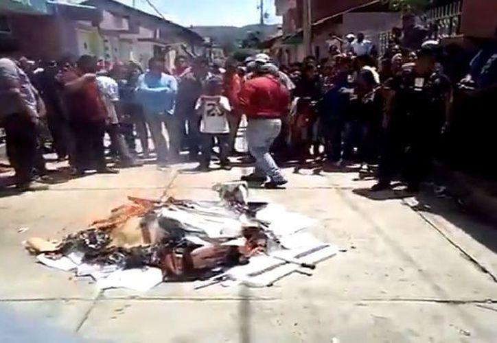Habitantes de Chilchota se apoderaron de material electoral y le prendieron fuego. (Captura/Video)