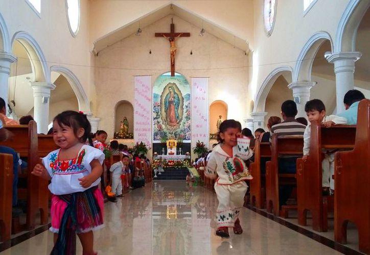 Feligreses de todas las edades acudieron ayer a la parroquia de Nuestra Señora de Guadalupe de la colonia Colosio de Playa del Carmen. (Daniel Pacheco/SIPSE)