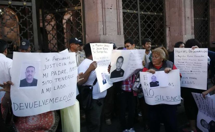 Familiares de policías desaparecidos se manifiestan en Veracruz. (Agencias)