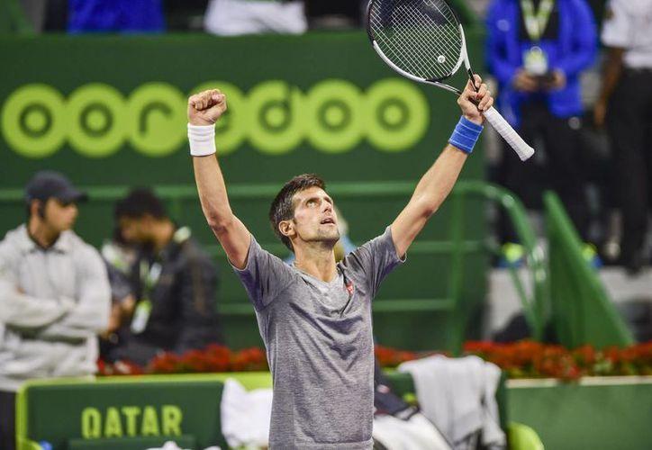 Novak Djokovic venció en tres sets a Andy Murray, en el duelo final del torneo de tenis de Doha, Qatar.(Alexandra Panagiotidou/AP)