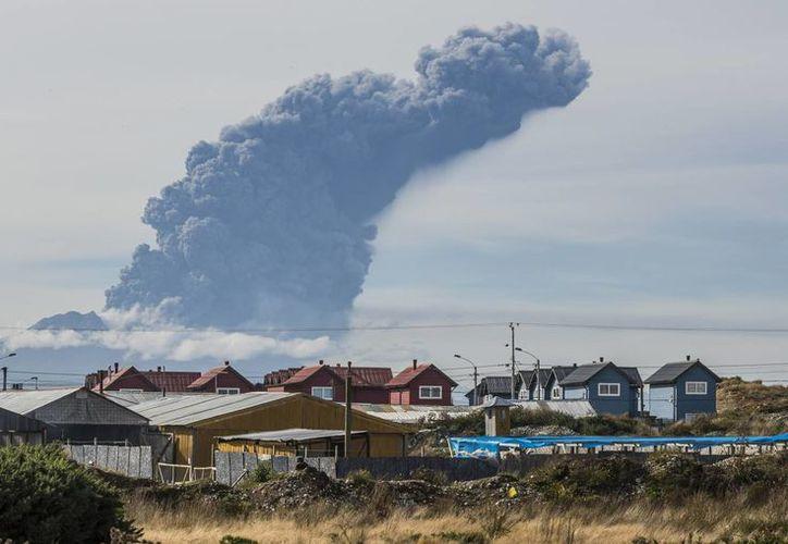 Una columna de humo y ceniza del volcán Cabulco se observó este 30 de abril de 2015 cerca de Puerto Montt, en Chile, en lo que fue una nueva fase eruptiva del coloso. (Foto: AP/Francisco Negroni)