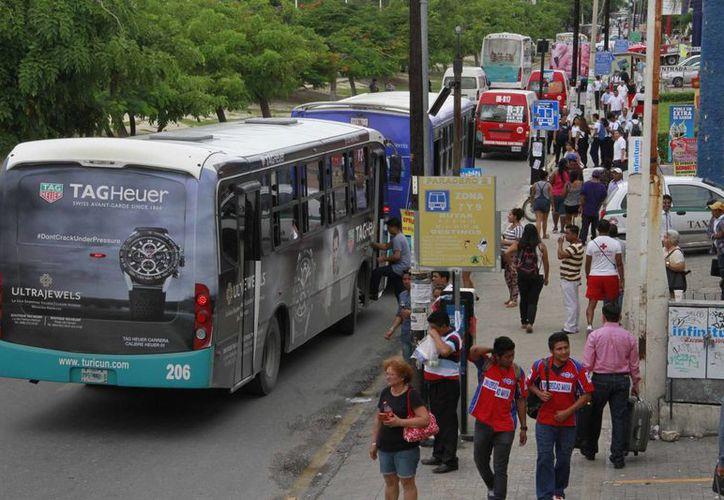 Los usuarios de transporte urbano aseguran que las concesionarias dan un servicio pésimo y no garantizan la seguridad. (Tomás Álvarez/SIPSE)