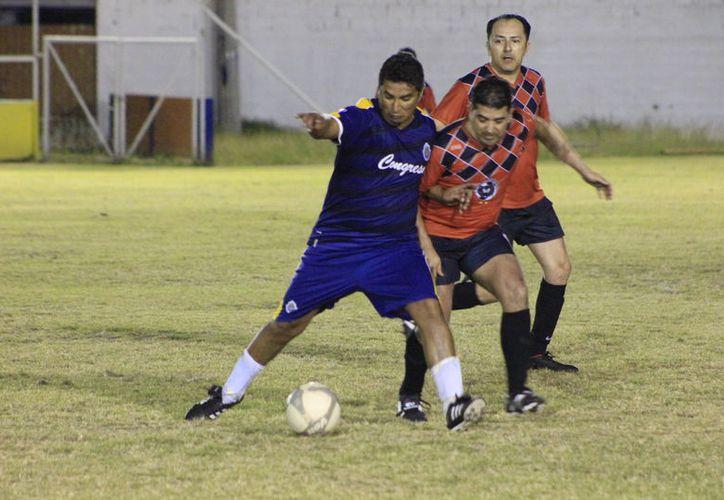 El Club Osos Grises inició la defensa de su recién conquistada corona, al enfrentarse a la plantilla del Servicio Chetumal. (Miguel Maldonado/SIPSE)