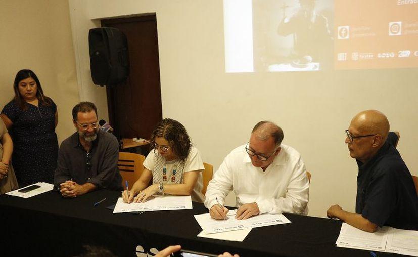 Autoridades de gobierno participaron en la firma del convenio. (Foto: José Acosta/Novedades Yucatán)