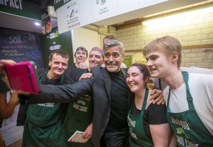 Este jueves, George Clooney visitó el Social Bite Cafe en Edimburgo, Escocia y pagó una cuenta de cinco libras esterlinas, así como mil dólares para comprar comida para indigentes. (EFE)