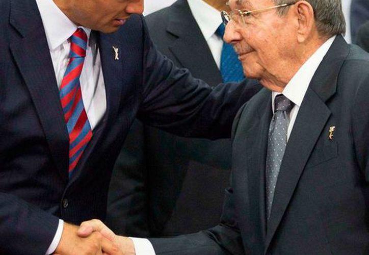 Los presidentes de México, Enrique Peña Nieto (izq.), y Raúl Castro Ruz se reúnen este viernes en Mérida. El mandatario cubano será distinguido con la medalla 'General Salvador Alvarado', por el Gobierno de Yucatán. (Archivo/NTX)