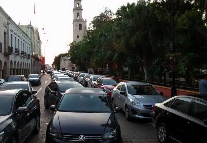 Choferes de Uber y Cabify protestaron frente a Palacio de Gobierno, tras conocerse la agresión de la que fue víctima un chofer del sistema Uber. (SIPSE.com)