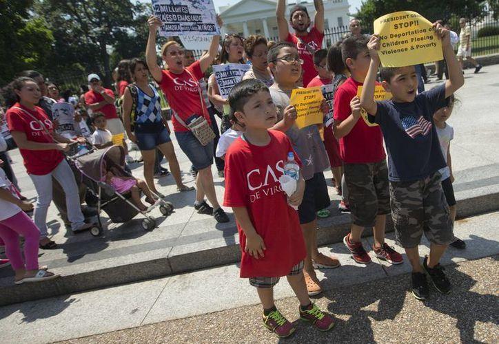 La enorme cantidad de niños que cruzan la frontera supone un dilema legal y humanitario para Estados Unidos, indica la Casa Blanca. (AP)