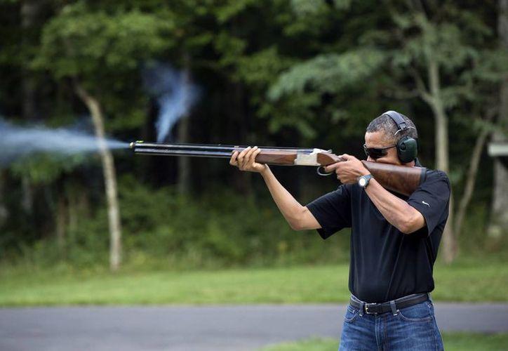 Obama se defendió de las críticas arguyendo que su padre le dio un rifle cuando era niño. (AP)