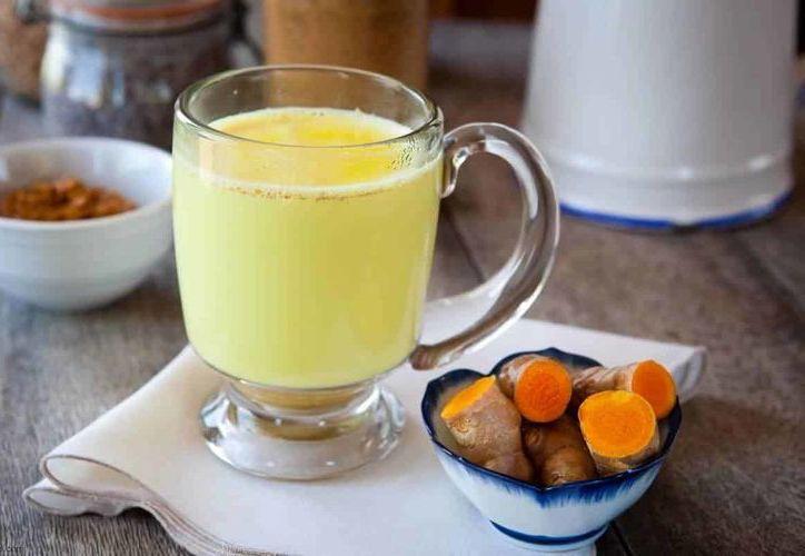 La cúrcuma con leche conocida como leche dorada es una bebida medicinal que se utiliza cuando se tiene un resfriado o tos. (Foto: Contexto)