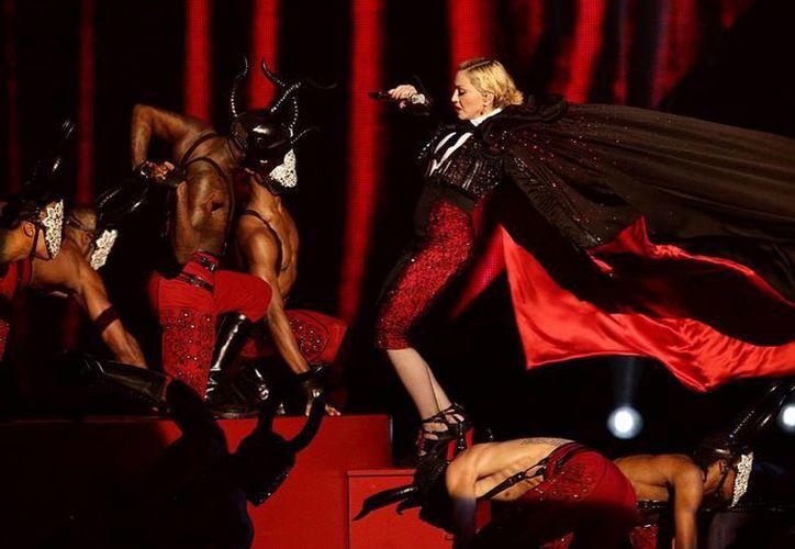 Madonna se cayó, pero se volvió a levantar como si no hubiera pasado y para no arruinar su show en la entrega de los Brit Awards. (Fotos: AP)