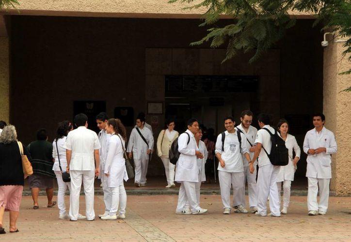 Los médicos residentes del IMSS tienen experiencia, de al menos un año, en la atención a pacientes. (José Acosta/SIPSE)