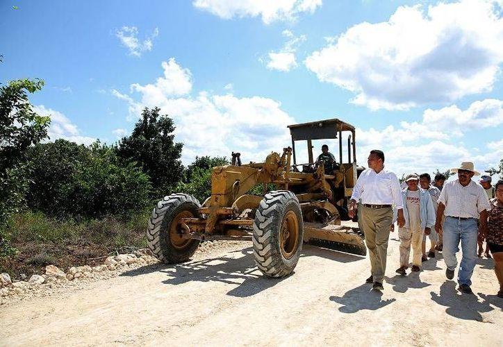 En Sacalum, el Gobernador Rolando Zapata supervisó la construcción de una carretera sacacosechas que beneficiará a más de 1,500 productores del campo de 12 municipios yucatecos. (Cortesía)