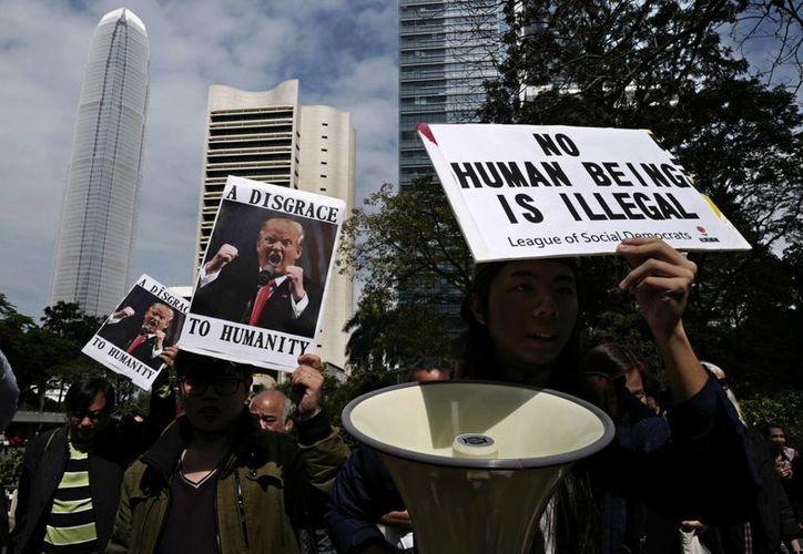 La medida del presidente Trump en contra de los ciudadanos de siete países de mayoría musulmana ha provocado decenas de protestas en EU y otras partes del mundo. Imagen de una manifestación en Hong Kong contra el presidente de EU. (AP/Vincent Yu)