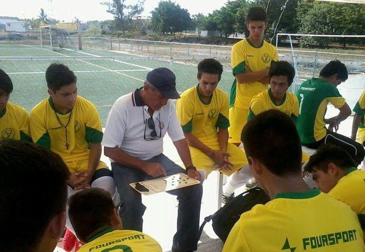 El entrenador Ariel Cruz con los jugadores de Deportiva Venados, de la Tercera División profesional. (Milenio Novedades)