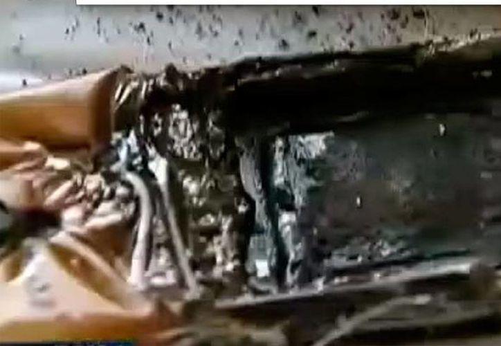 Dejar el smartphone bajo la almohada puede no resultar una decisión inteligente: a una joven de Texas, la mala costumbre pudo provocarle la muerte cuando el dispositivo se quemó y 'traspasó' la almohada donde ella dormía. (Captura de pantalla/Youtube Fox4news)