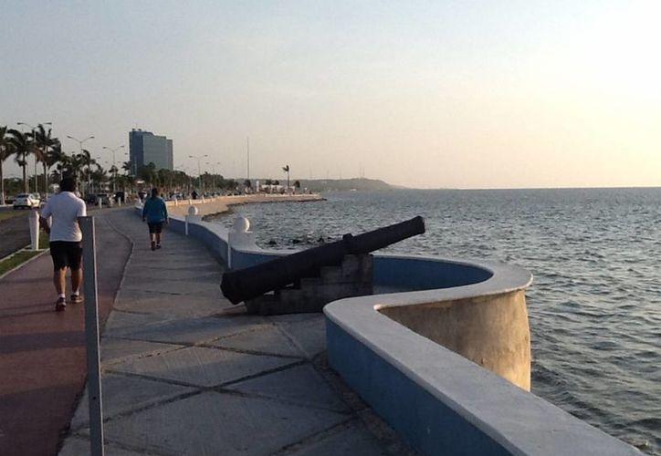El plan emergente contra el dengue y chikungunya se focaliza en colonias de riesgo de localidades. En la imagen, una puesta de sol en el malecón de Campeche. Archivo/Notimex)