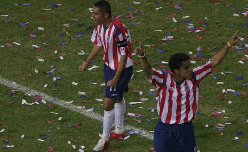 Omar Bravo fue uno de los artífices de la goleada de Chivas. (Foto: Reforma)
