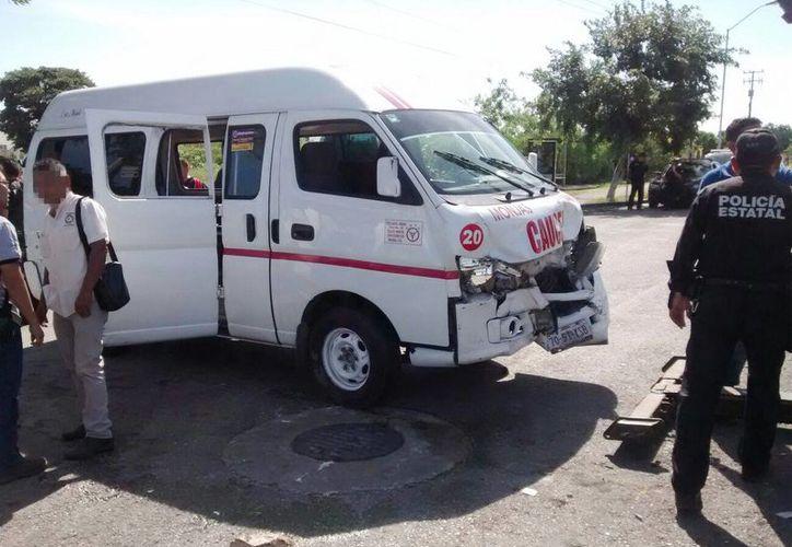 Imagen del choque entre una combi y una camioneta de la Fiscalía en calles de Ciudad Caucel. (Manuel Escalante/SIPSE)