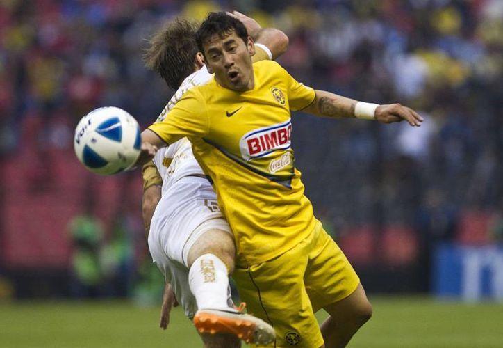 América volvió a perder en el Clausura 2014, ahora frente a Pumas por 3-1. En la imagen, Ruben Sambueza, con quien el América volvió a tener poder ofensivo, pero sin efectividad. (Agencias)