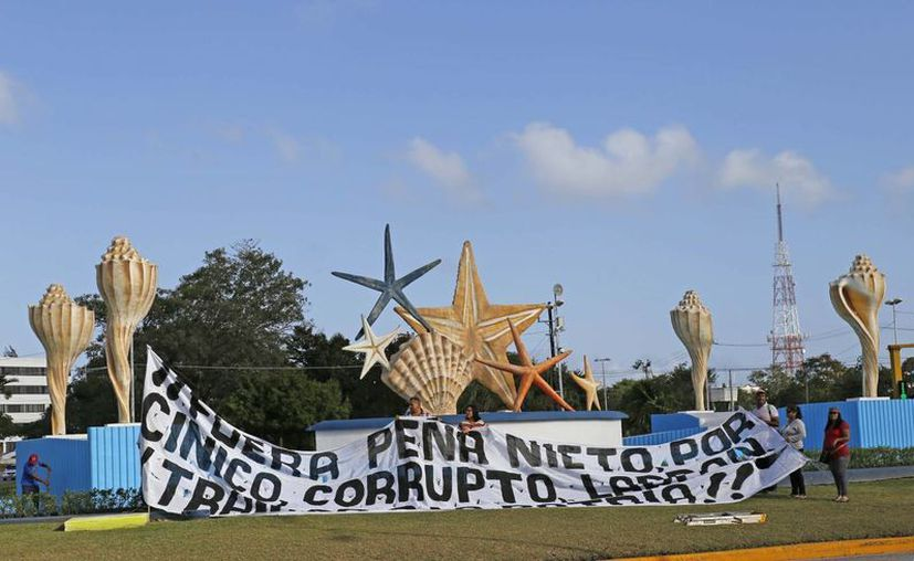 Ciudadanos convocados por redes sociales se dieron cita en el lugar y exigieron a las autoridades bajar el costo de la gasolina. (Foto: Jesús Tijerina/SIPSE)