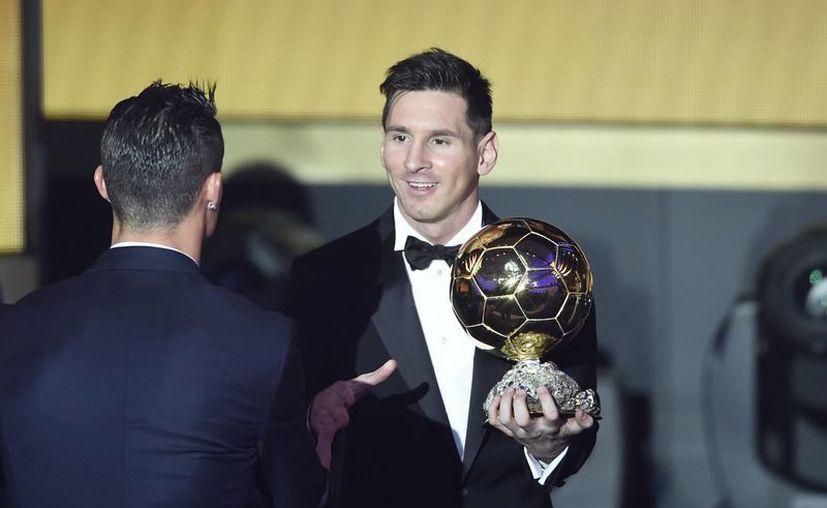 El argentino Lionel Messi ganó su quinto Balón de Oro, tras superar en la votación a Cristiano Ronaldo y Neymar Jr. (AP)