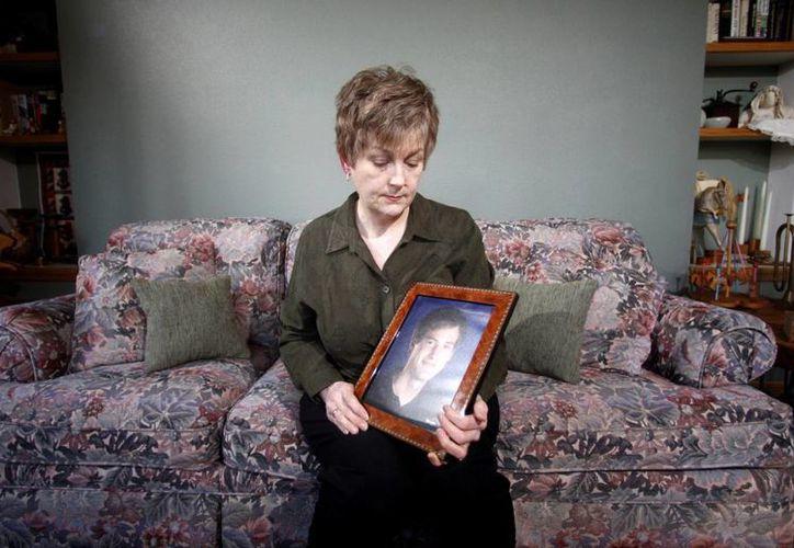 Esta foto del 7 de febrero del 2012 muestra a Karen Williams con un retrato de su difunto hijo Loren Williams en su casa en Beaverton, Oregon. (Agencias)