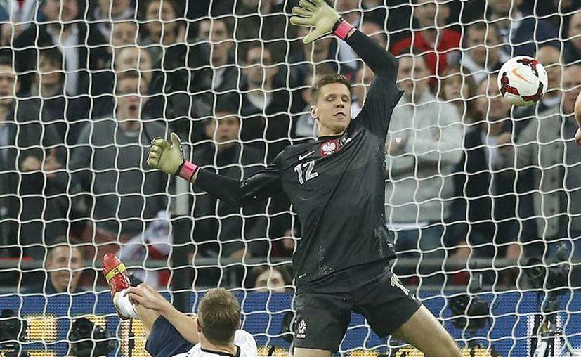 El inglés Gerrard se barre y anota frente al portero polaco. (Agencias)
